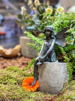 Sitzende Elfe, Bronzeoptik, 22 cm H