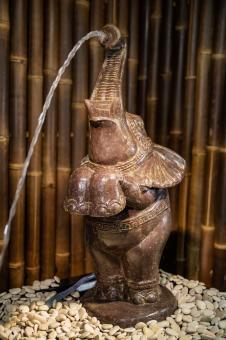 Stehender Elefant als Wasserspiel, ca. 92 cm hoch