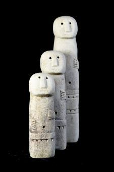 Set mit drei Statuen, Naturstein