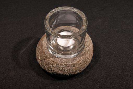 Windlicht aus Flussstein mit Glas